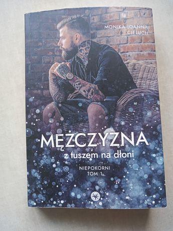 """""""Mężczyzna z tuszem na dłoni"""" Monika Cieluch"""