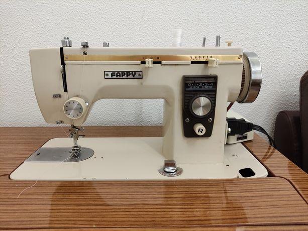 Máquina de costura com móvel de gavetas