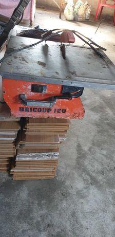 Máquina de cortar tijoleira a trabalhar