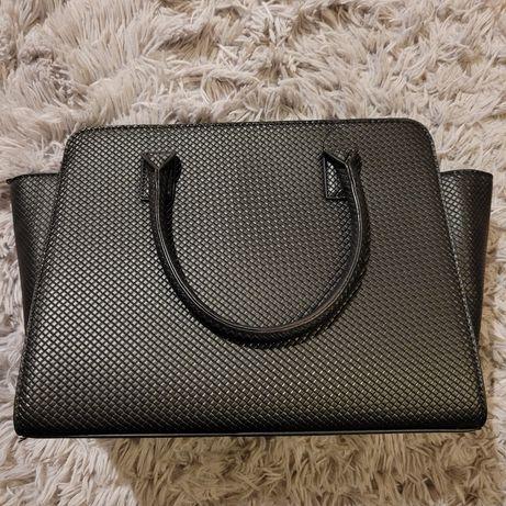 Duża, pojemna czarna torba