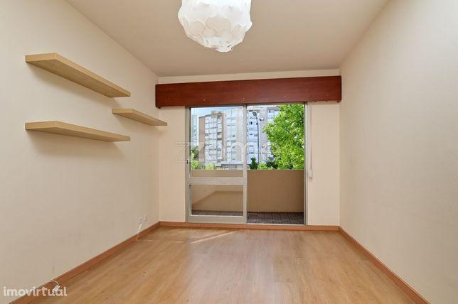 Apartamento T2 remodelado para arrendamento em Alfornelos