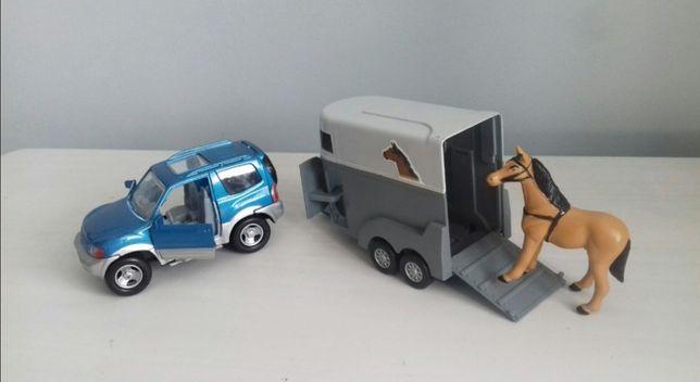 Auto metalowe mitsubishi z przyczepą i koń