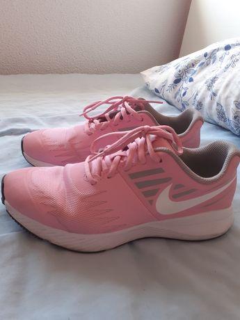 Tênis cor de rosa Adidas