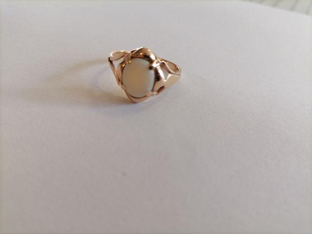 Pierścionek z Kamieniem opal błyskowy retro vintage rzeźbiony złoty
