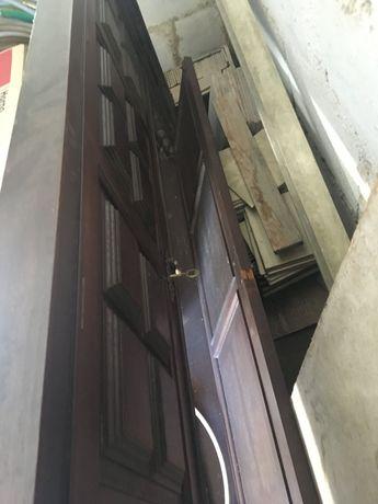 Porta de madeira antiga com aro