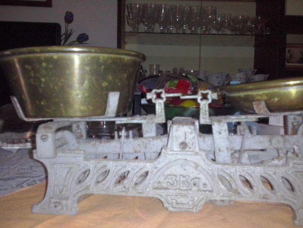 balança antiga com dois pratos em cobre mais base com pesos
