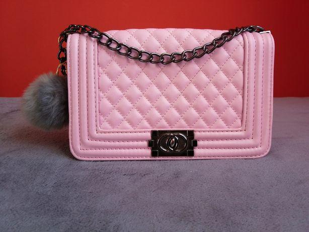 Różowa pikowana mała torebka z łańcuszkiem jak Zara