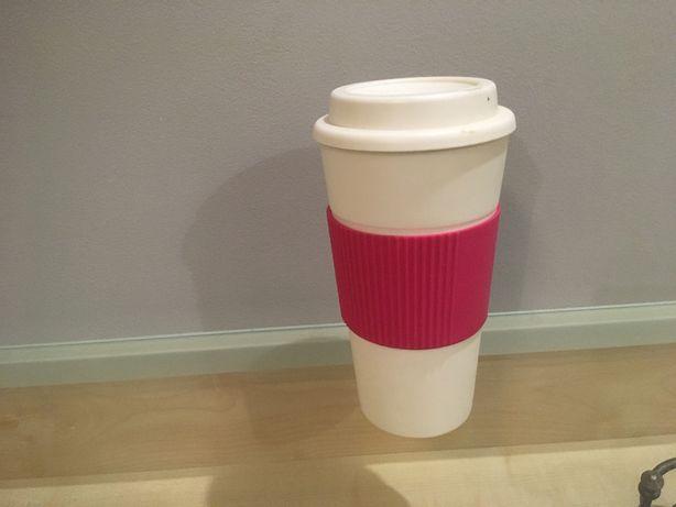 Kubek termiczny na kawę biały z różowym uchwytem-ochraniaczem
