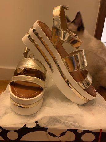 Sandálias plataforma douradas novas em caixa