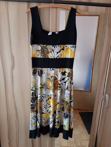 Letnia sukienka damska, długa, w kwiaty.