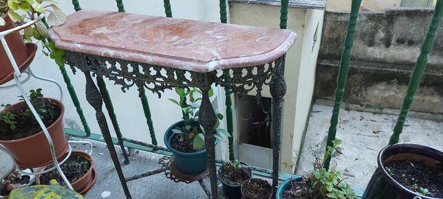Mesa em ferro com tampo em mármore