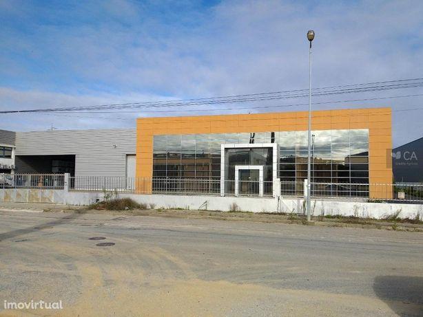 Armazém com 3792,9m² situado na Zona Industrial de Rio Me...