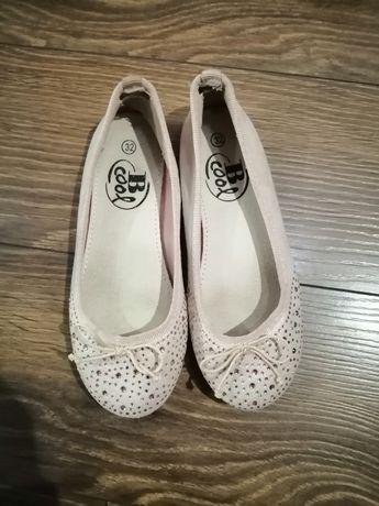 Взуття для дівчинки.