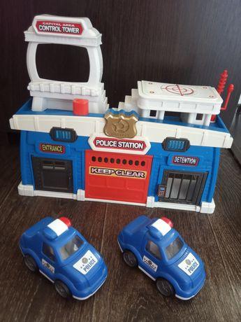 Полицейский участок и две полицейские машинки.