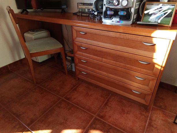 Conjunto de Móveis em Madeira para quarto