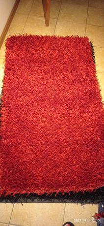 Dois tapetes em preto e um vermelho