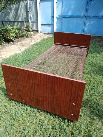 Кровать с металической сеткой