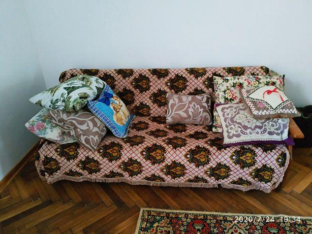 Диван, журнальный столик и два кресла