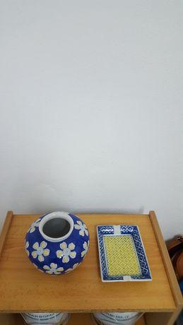 Conjunto de Jarra e Cinzeiro em Porcelana