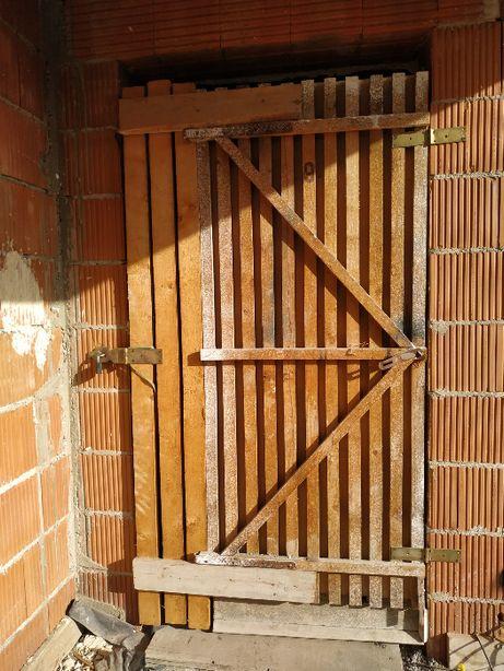 Drzwi na budowę z kłódką