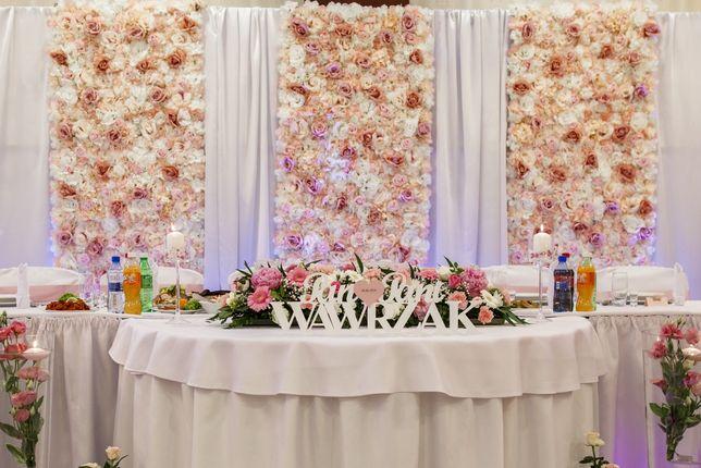 Ścianka kwiatowa i stelaż deklaracja wesele tło za parą młodą