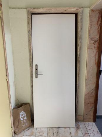 2 portas em branco com fechadura 25€