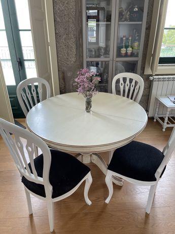 Mesa em Madeira Maciça + 4 cadeiras (desocupar)