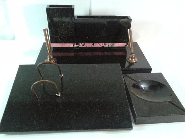 Подарочный мужской письменный набор из 3 предметов черного мрамора.