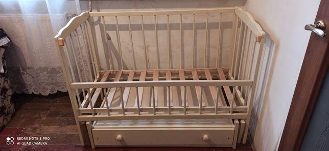 Кроватка з ящиком і маятником