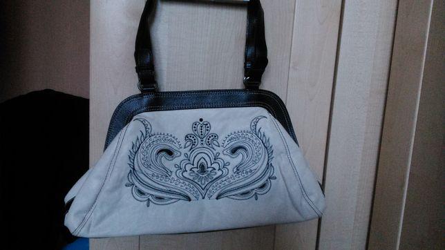 Śliczna torebka z haftem AVON