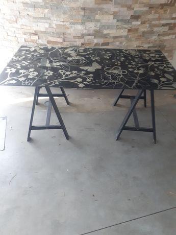 Uma mesa,secretaria