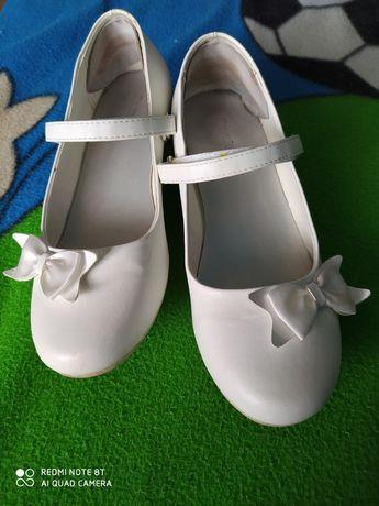 Pantofle białe 32