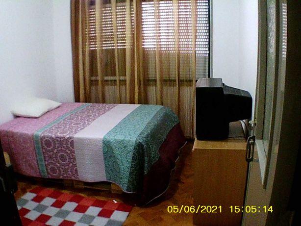 Entroncamento centro , alugo quarto para morar a menina ou senhora