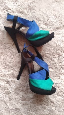 Zamszowe sandałki na wysokiej szpilce firma New look
