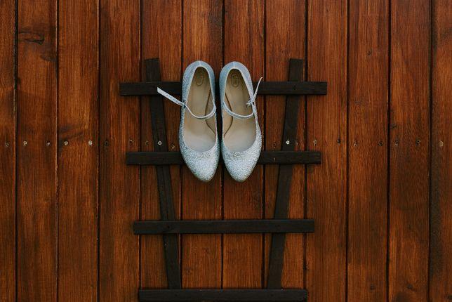 Srebrne, brokatowe buty ślubne z paskiem