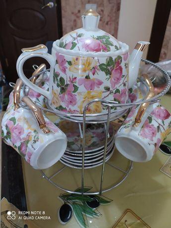 Отличный сервиз для чаепития с чайником и шестью чашками на подставке.