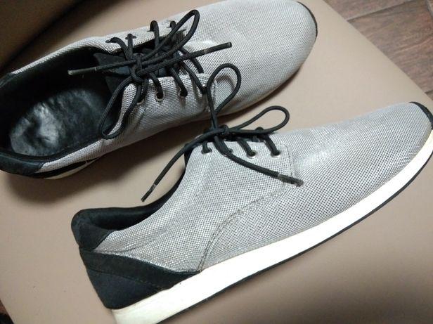 Продам женские кроссовки Vagabond