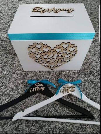 Pudełko i dwa wieszaki z napisem pan młody i panna młoda
