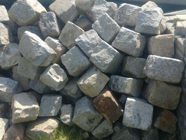Duża kostka granitowa