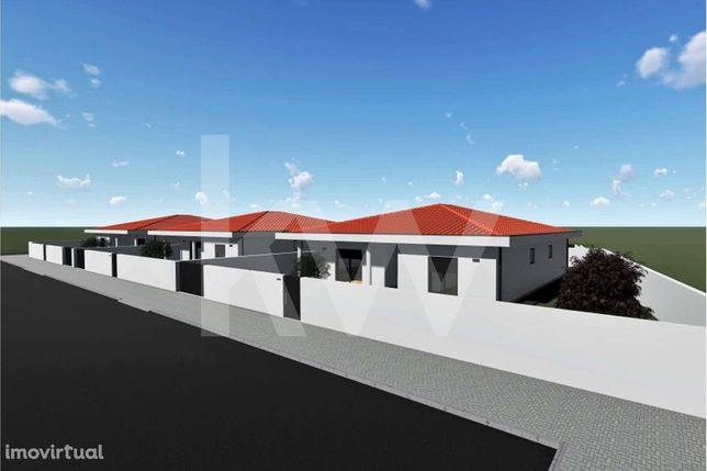 | Moradia Térrea Isolada | Fase Final de Construção | A 2 min do centr