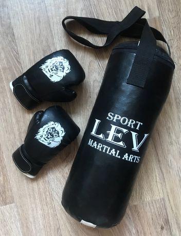Боксерская груша и перчатки