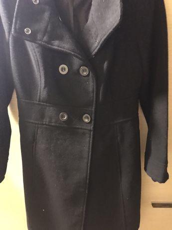 Długi czarny płaszczyk od firmy TROLL r. S