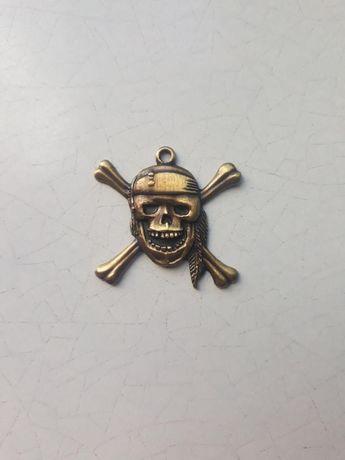 """Официальный кулон из фильма """"Пираты Карибского моря"""" (череп и кости)"""