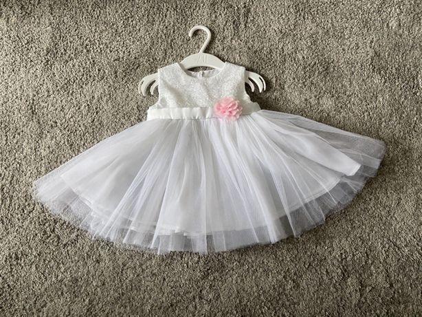Sukienka dziewczęca biała tiulowa z kwiatkiem do Chrztu Świętego