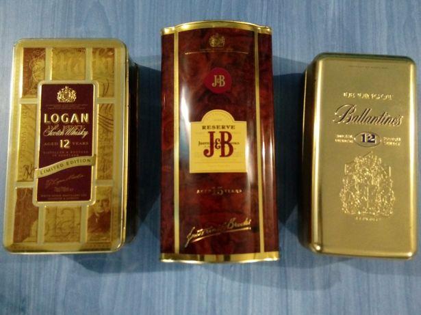 Latas de whisky antigas em bom estado