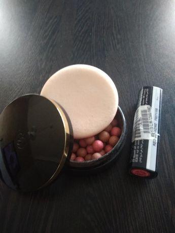 Puder w kulkach, szminka czerwona mat