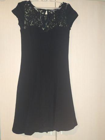Czarna sukienka z elementem koronkowym na dekolcie i łopatkach