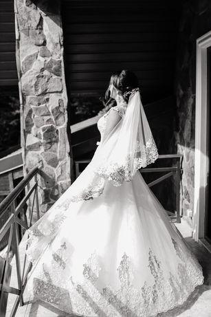 Весільна сукня з золотим мереживом