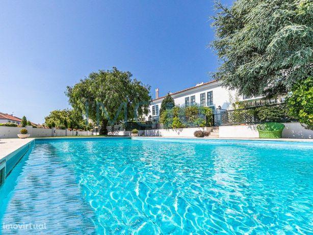 Excelente Moradia V5 em condomínio com Jardim e Piscina