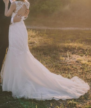 śliczna suknia ślubna z trenem , odkryte plecy